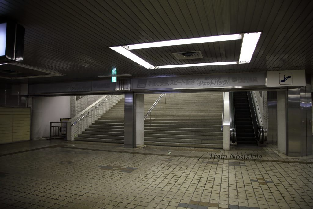 東成田駅出口階段