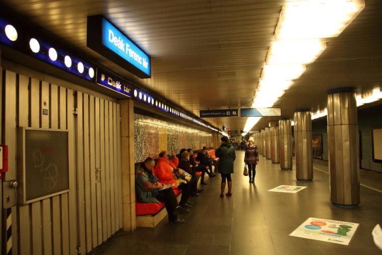 ブダペスト地下鉄3号線デアーク・フェレンツ広場駅駅名標