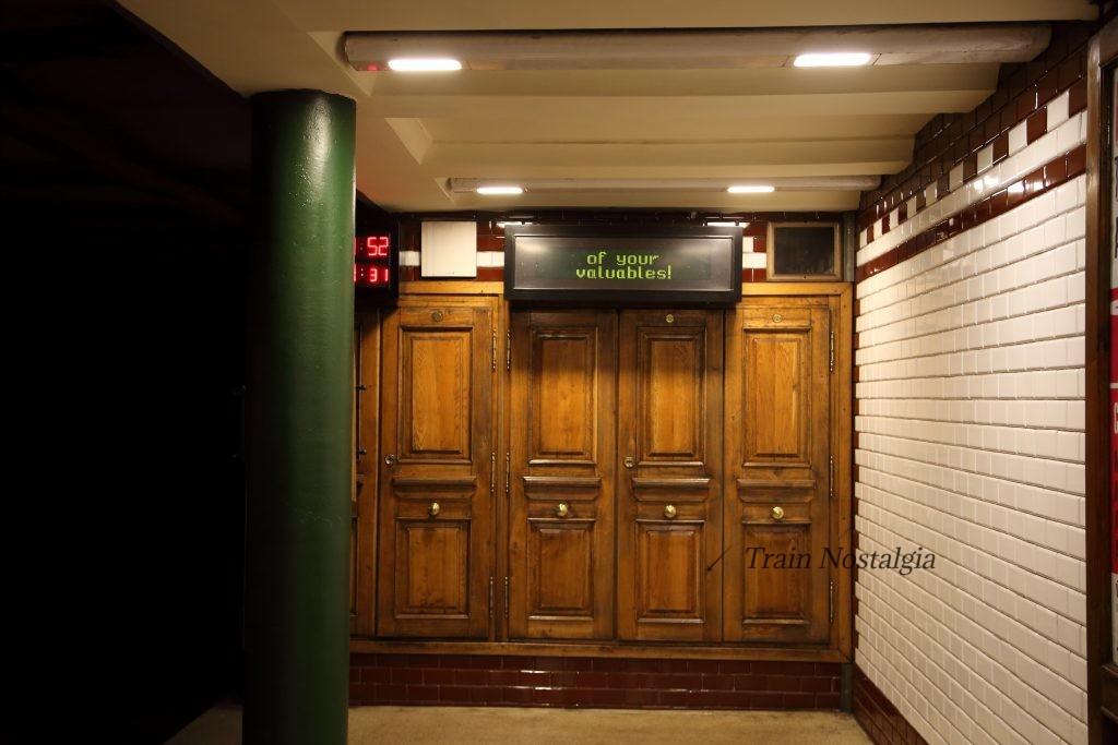 ブダペスト地下鉄1号線ヴェレシュマルティ広場駅ドア