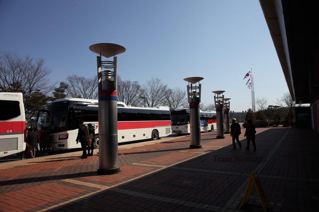 京義線都羅山駅ツアーバス