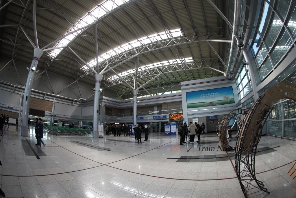 京義線都羅山駅駅舎内