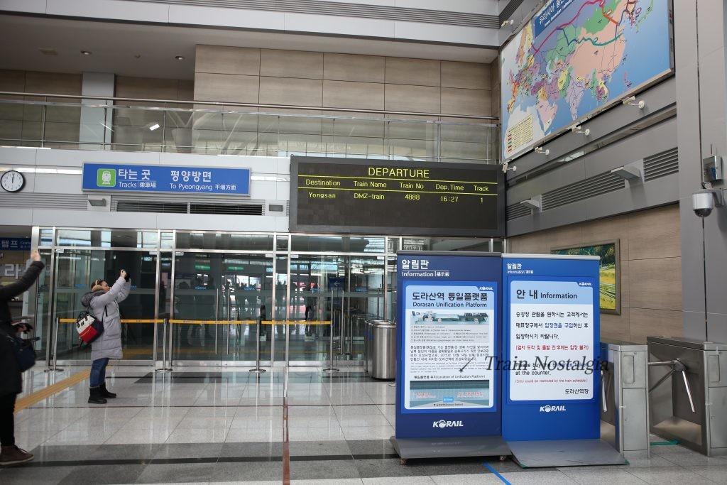 京義線都羅山駅ホーム入口