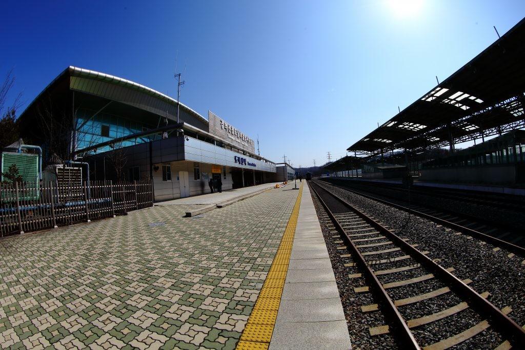 京義線都羅山駅駅舎側ホーム