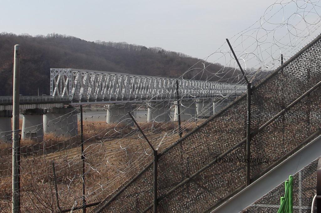 自由の橋と鉄条網