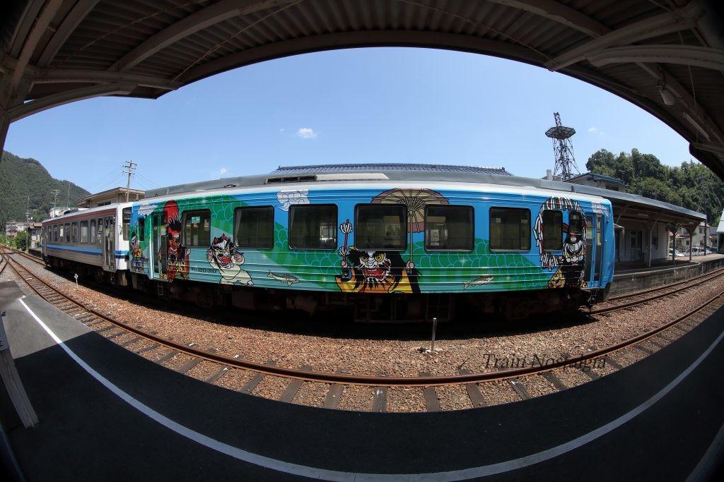 石見川本駅石見神楽列車側面