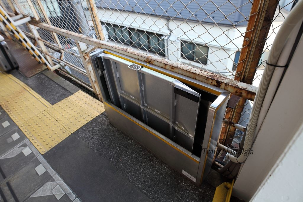 東武鉄道浅草駅ホーム渡り板収納