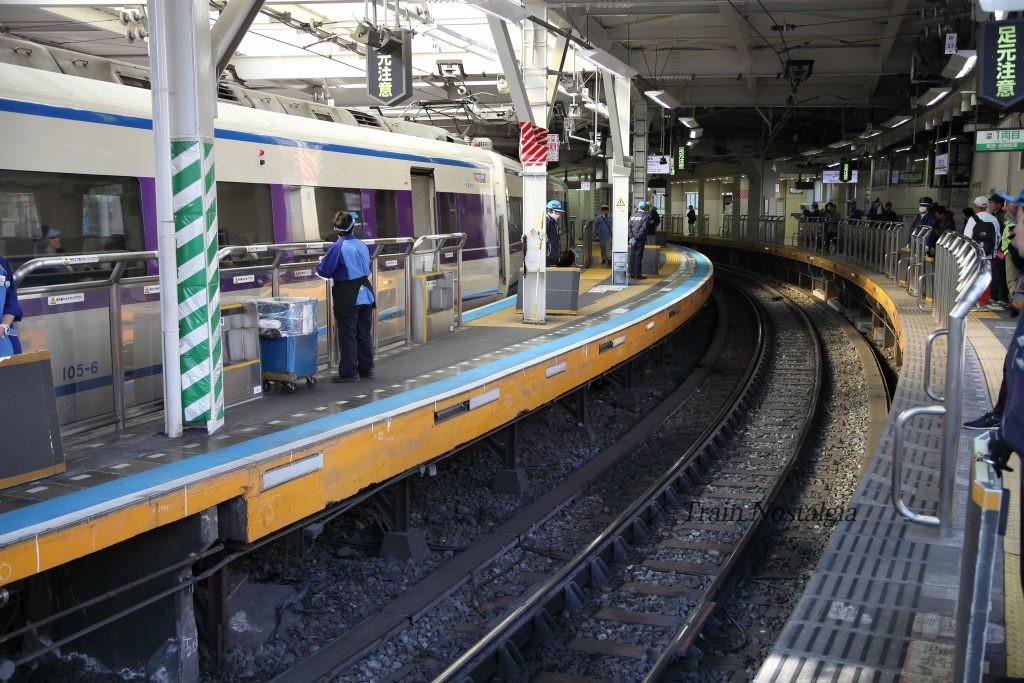 東武鉄道浅草駅ホーム渡り板準備