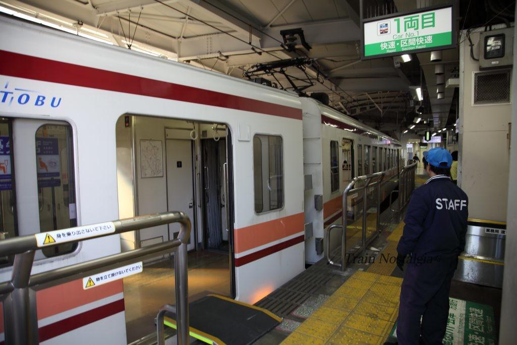 東武鉄道浅草駅快速列車とホーム渡り板