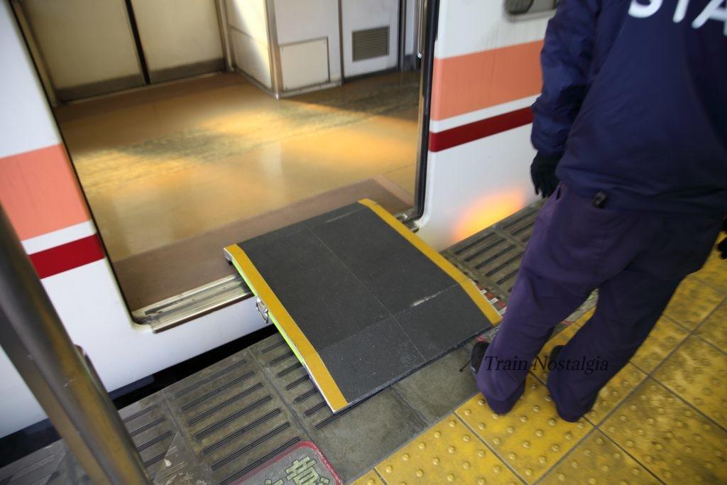 東武鉄道浅草駅ホーム渡り板設置