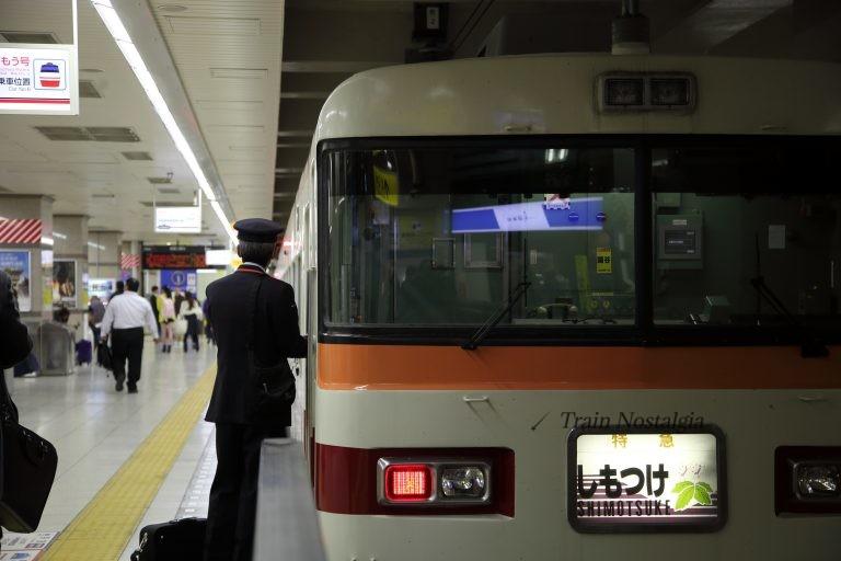 東武鉄道浅草駅特急しもつけと車掌