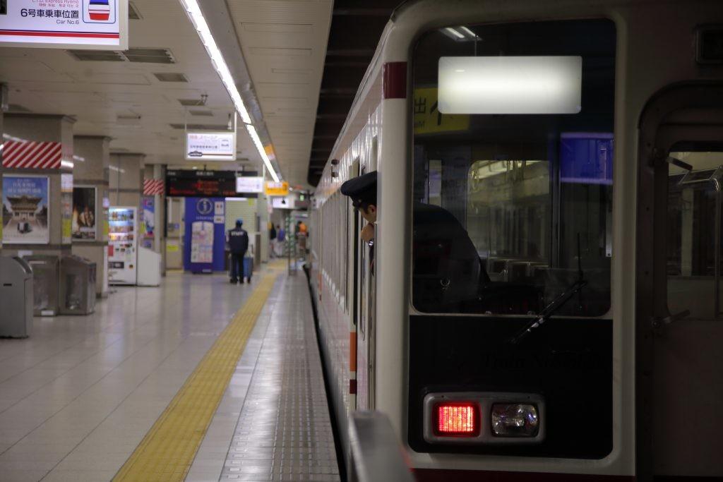 東武鉄道浅草駅6050系回送と車掌