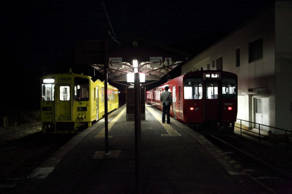 豊肥本線立野駅ホーム夜明け前