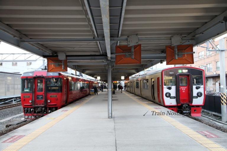 熊本駅ホーム特急と普通列車