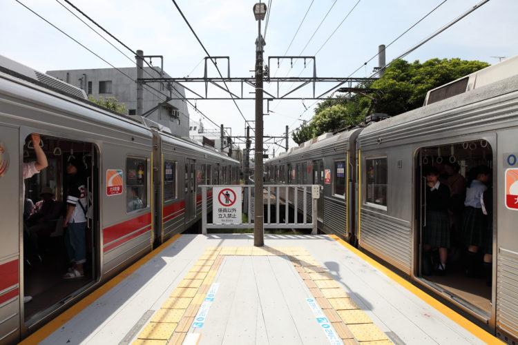 九品仏駅ホーム上下線列車停車中