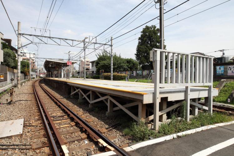 九品仏1号踏切から見た九品仏駅ホーム