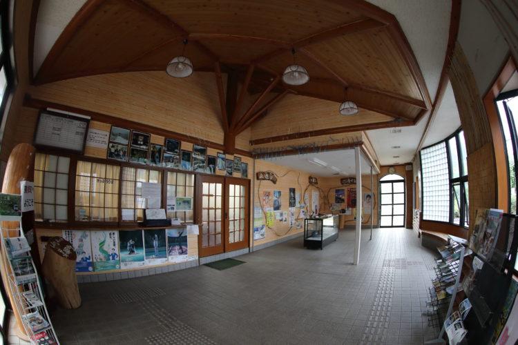 三江線粕淵駅駅舎内