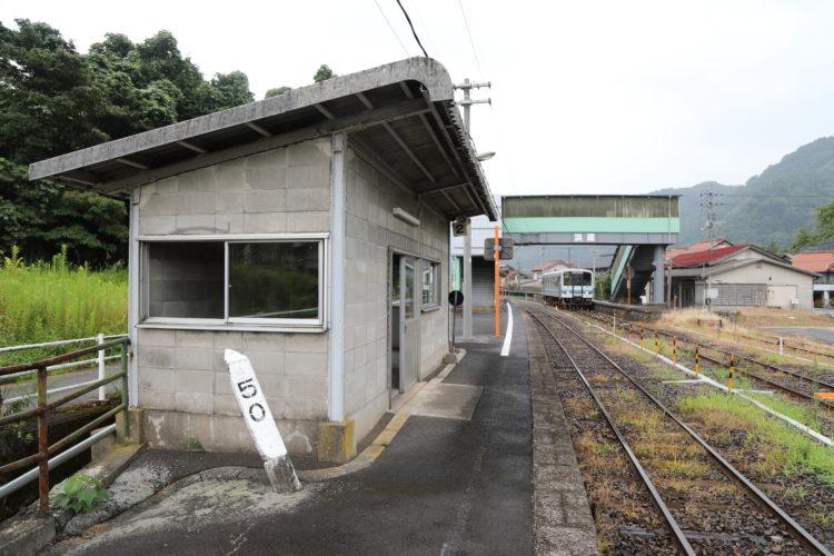 三江線浜原駅待合室と50kmポスト