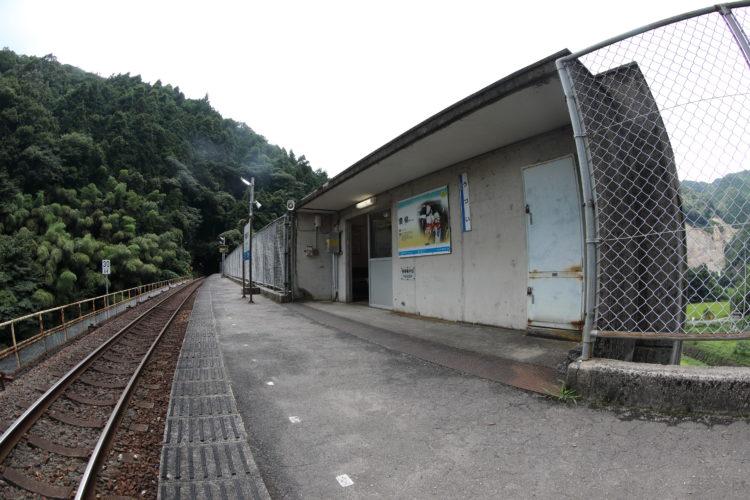 三江線宇津井駅ホームと待合室