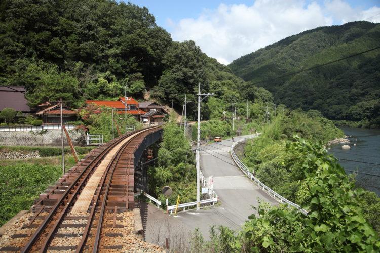 三江線長谷駅通過直前
