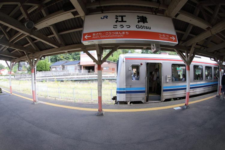 山陰本線三江線江津駅駅名標と三江線列車