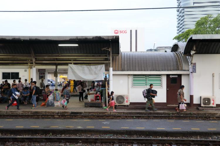 タイ国鉄バーンスー駅構内