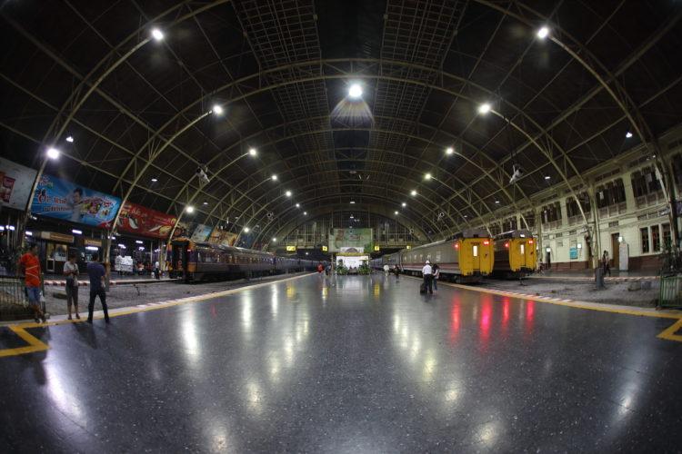 タイ国鉄バンコク駅ホーム全景