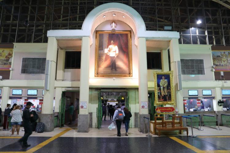 タイ国鉄バンコク駅ホーム入り口