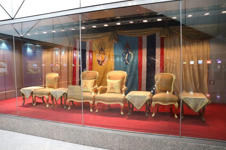 バンコク・メトロブルーラインフワランポーン駅椅子展示
