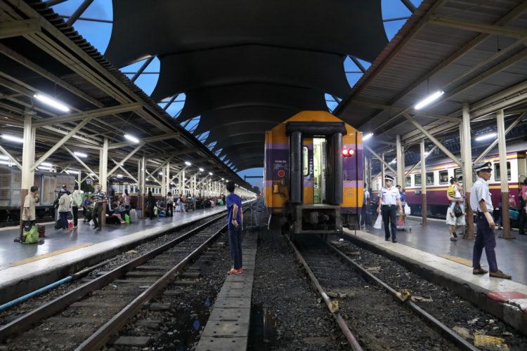 タイ国鉄バンコク駅列車と横断する乗客