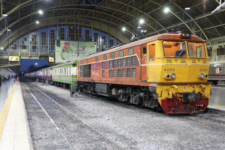 タイ国鉄バンコク駅機関車と客車