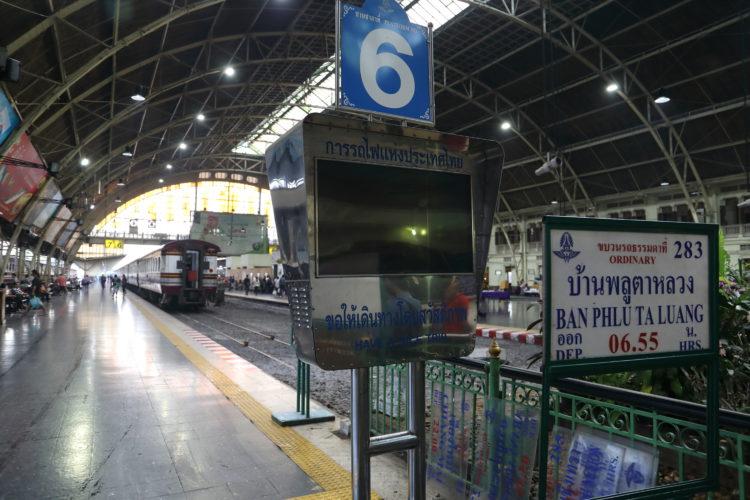 タイ国鉄バンコク駅6番線案内板