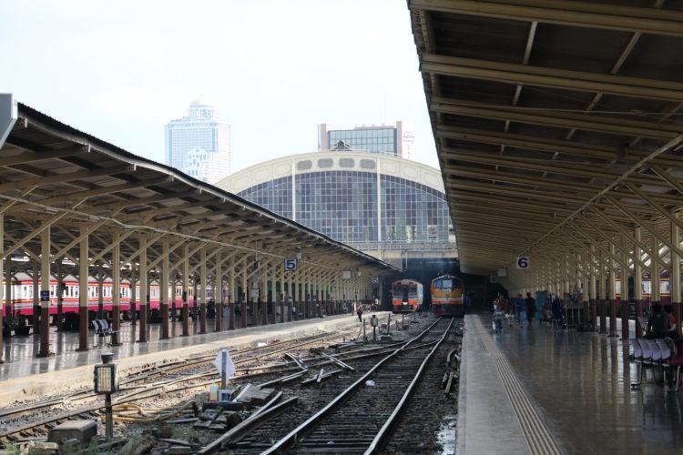 タイ国鉄バンコク駅ホームと列車
