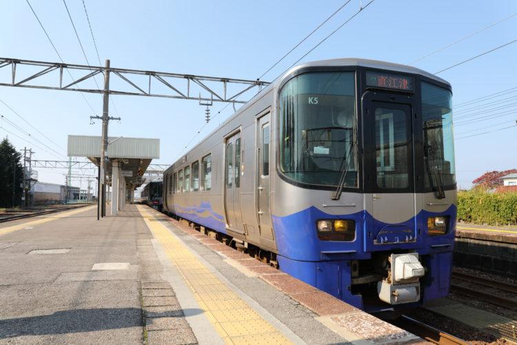 泊駅2番線えちごトキめき鉄道