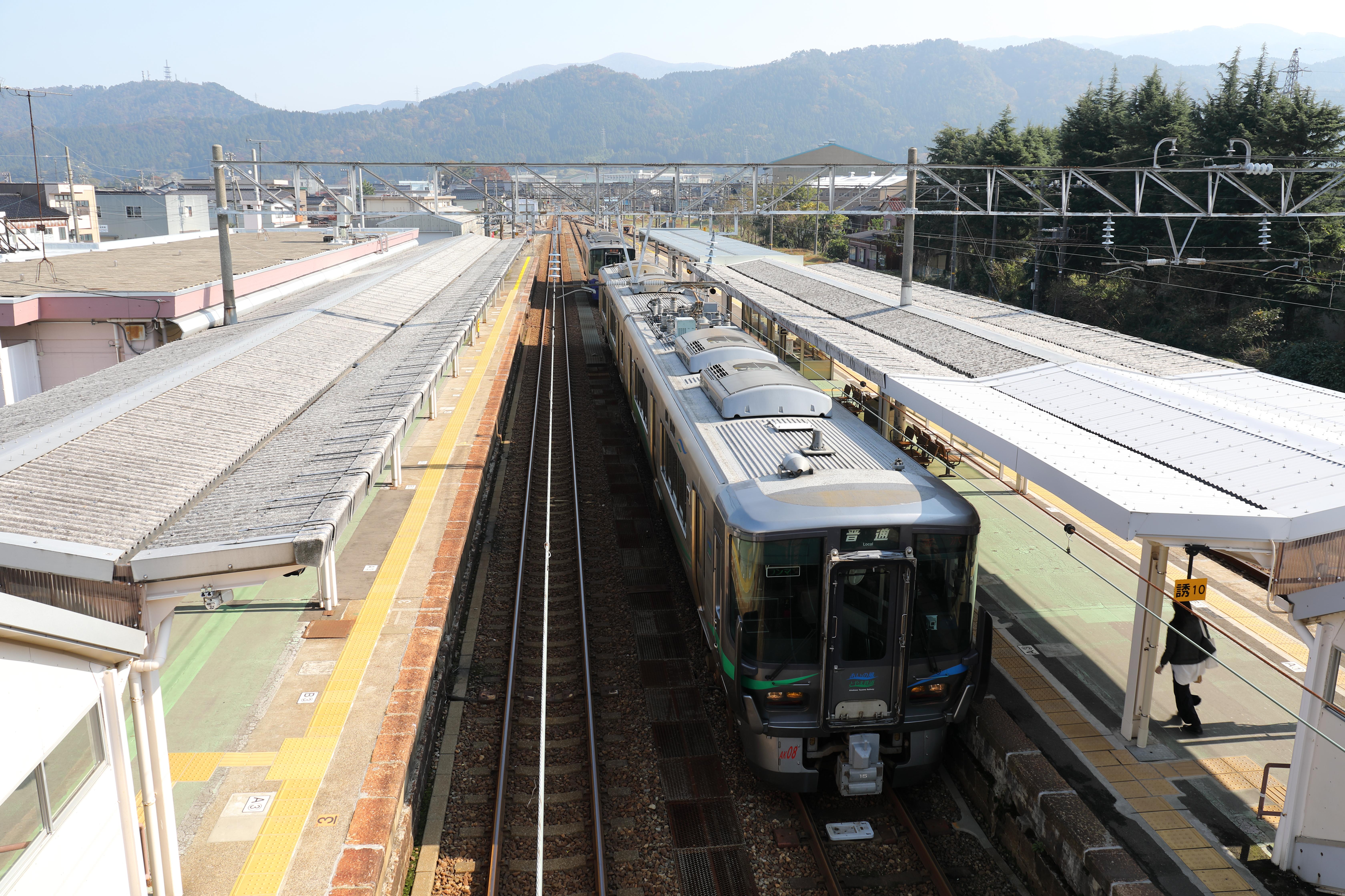 あいの風とやま鉄道泊駅ホーム全景