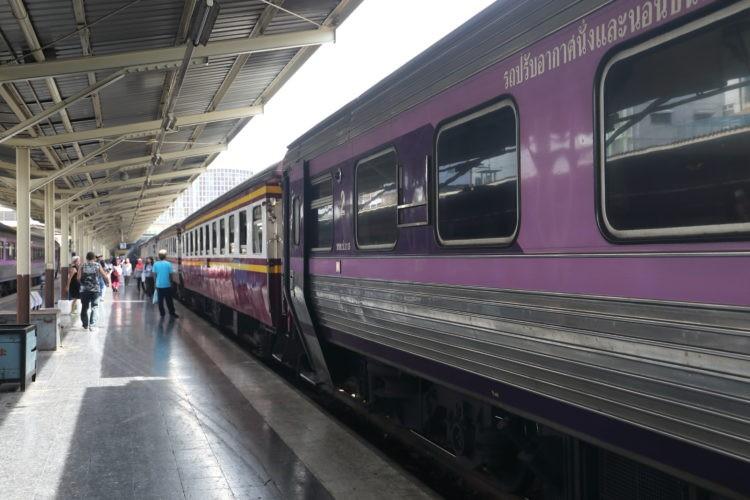 タイ国鉄パダンブサール行き2等寝台客車
