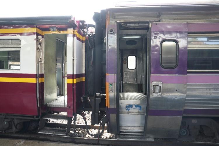 タイ国鉄2等寝台客車と3等座席客車