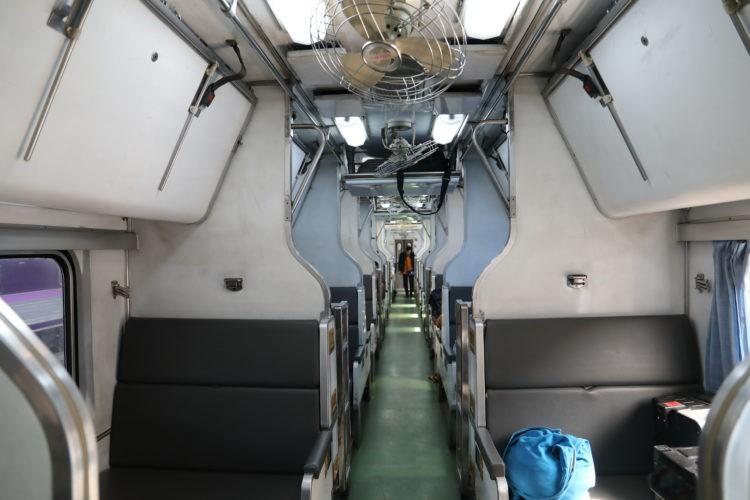 タイ国鉄2等寝台客車寝台収納状態