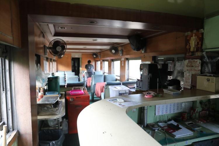 タイ国鉄スンガイコーロック行き食堂車車内
