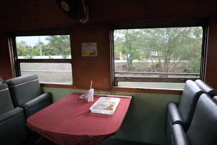 タイ国鉄スンガイコーロック行き食堂車食事風景