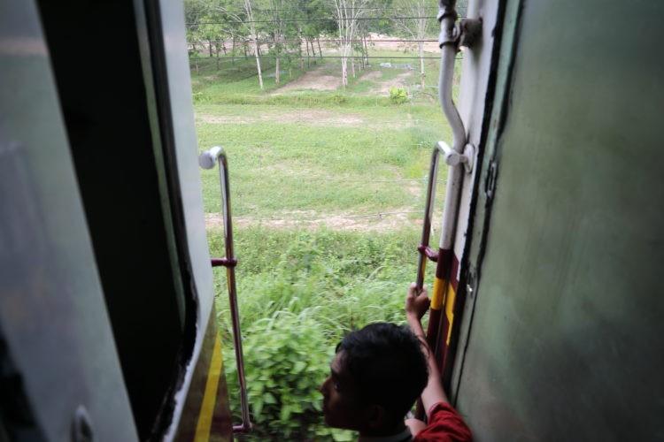 タイ国鉄3等客車デッキ