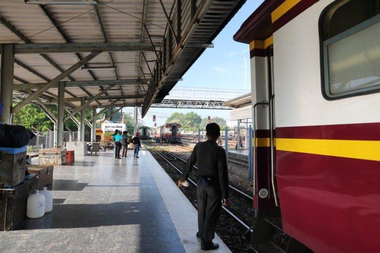 タイ国鉄ハートヤイ駅列車分割