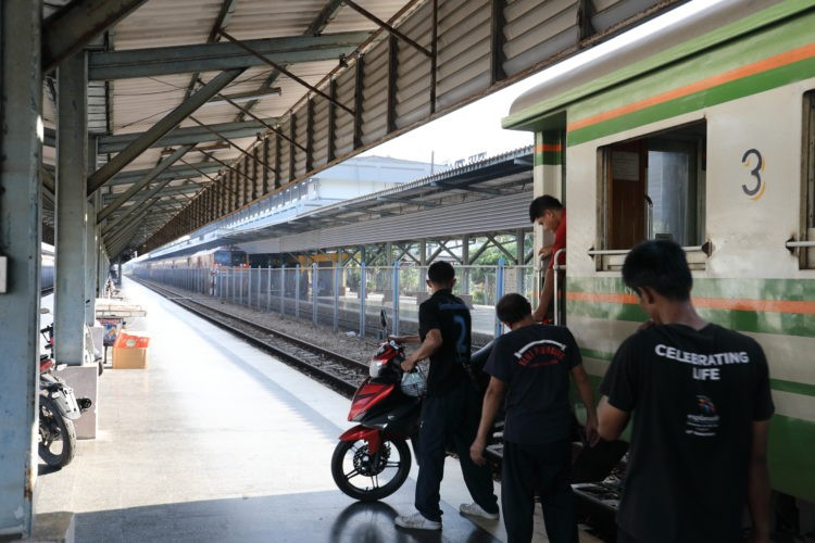 タイ国鉄ハートヤイ駅パダンブサール行き貨物