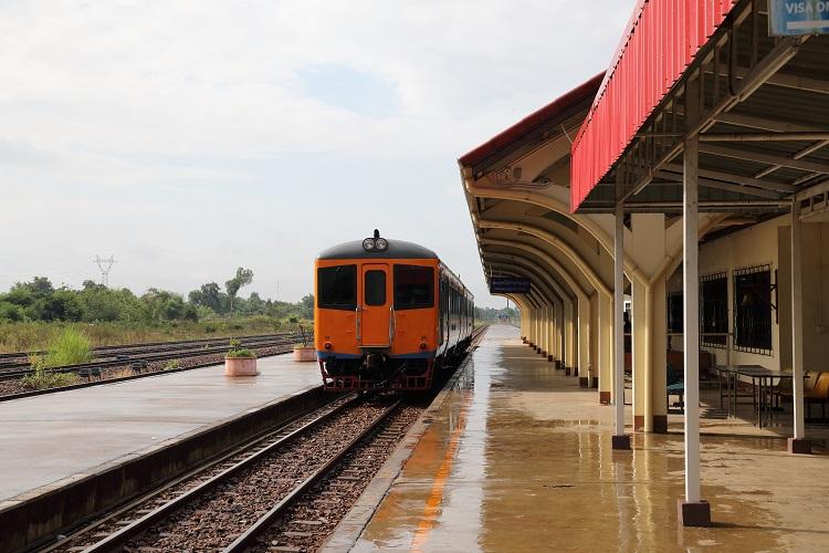 タイ国鉄ターナレーン駅列車とホーム