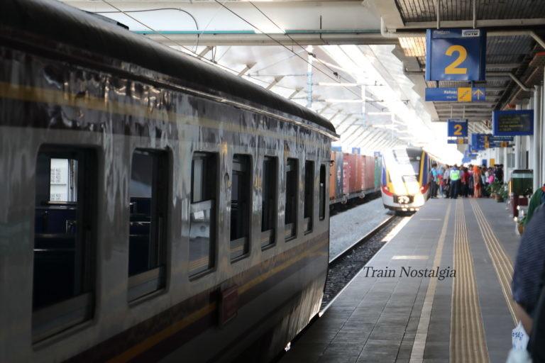 マレー鉄道パダンブサール駅並列停車