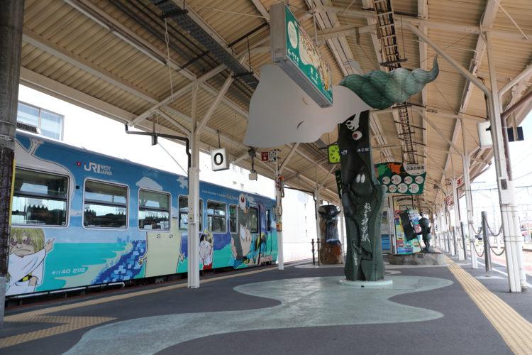 境線米子駅ホームと妖怪たち