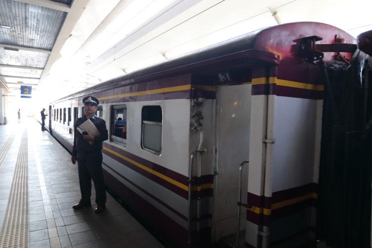 マレー鉄道パダン・ブサール駅タイ国有鉄道列車