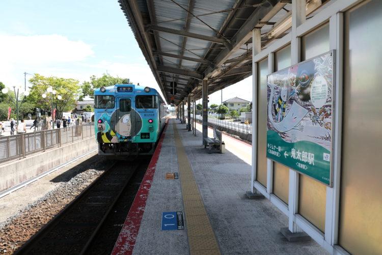 境線境港駅鬼太郎列車と鬼太郎駅名標