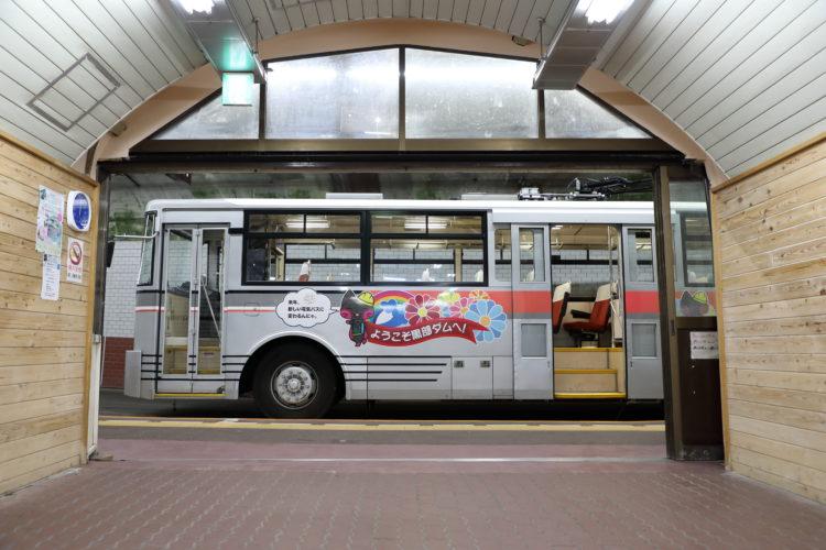 関電トロリーバス黒部ダム駅出口とトロリーバス