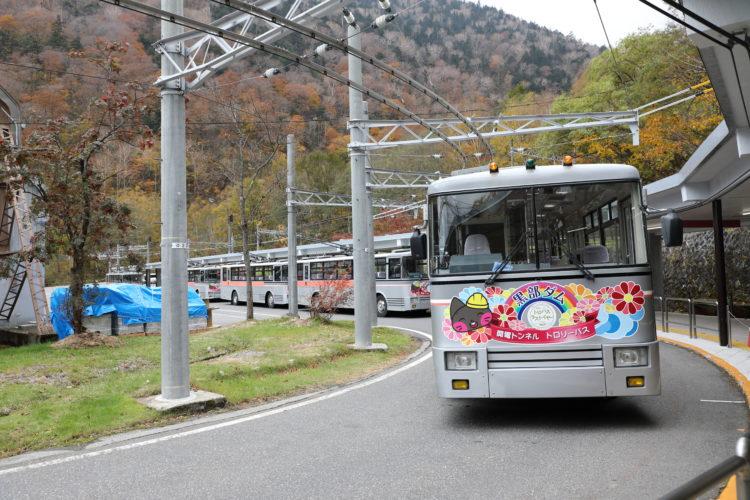 関電トロリーバス扇沢駅降車ホームとトロリーバス