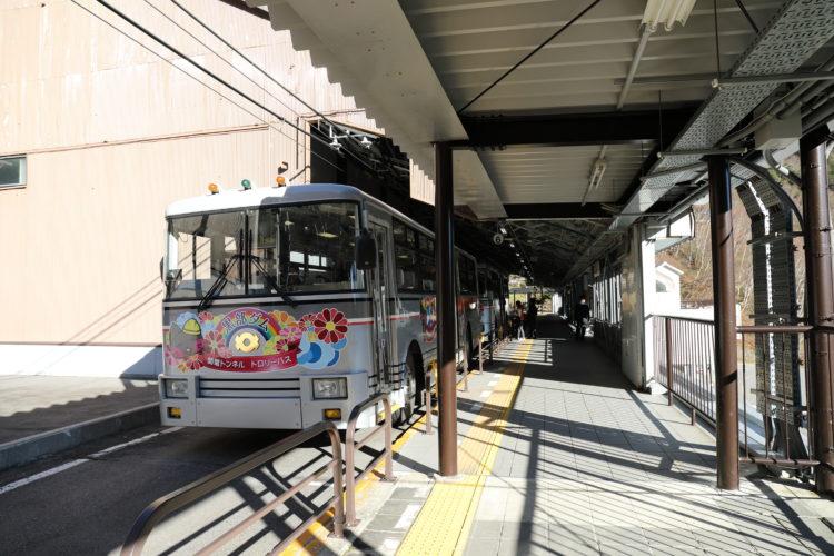 関電トロリーバス扇沢駅乗車ホームとトロリーバス